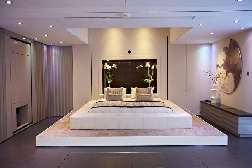 Itt épp hálószoba funkciót lát el a lakás egyetlen nagyobb helyisége.