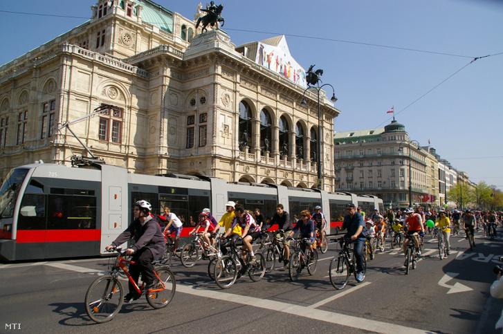 Kerékpárosok haladnak el a bécsi Operaház elõtt.