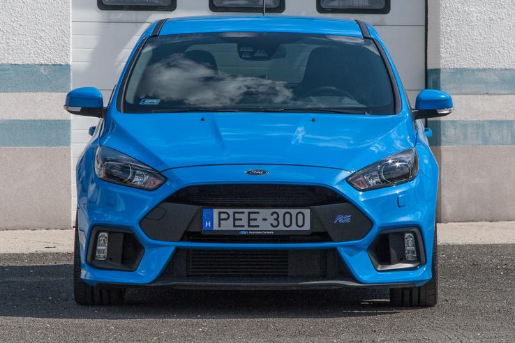 Azért a Ford Focus RS sem az a tipikusan feltűnésmentes követőautó