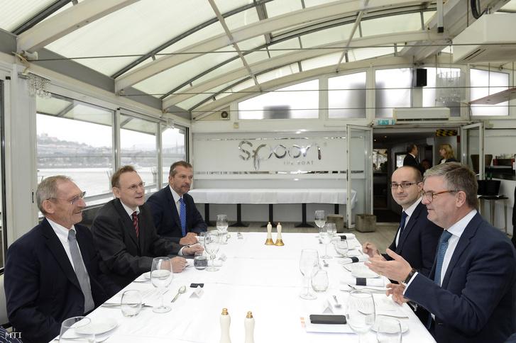 Pintér Sándor belügyminiszter (b) és Julian King a biztonsági unióért felelõs európai biztos (j) tárgyal Budapesten a Spoon étteremhajón hajón 2017. szeptember 21-én.