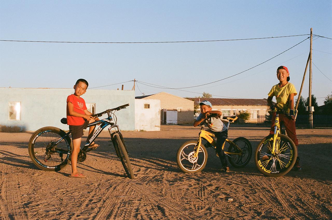 Bicikliző mongol gyerekek.