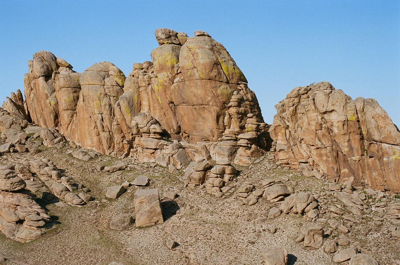 Szürreális a kép, ahogy a füves puszta átmegy a köves Góbi-sivatagba, majd egy virágzó oázisba homokdűnékkel körülvéve, a háttérben hegyekkel.