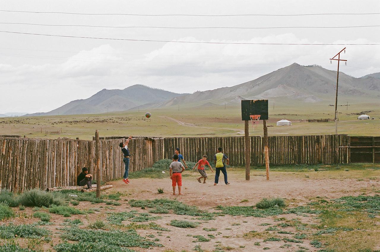 A mongolok imádják a kosárlabdát, nem nagyon tudsz olyan helyet találni, ahol ne lenne összeeszkábálva valamilyen palánk.