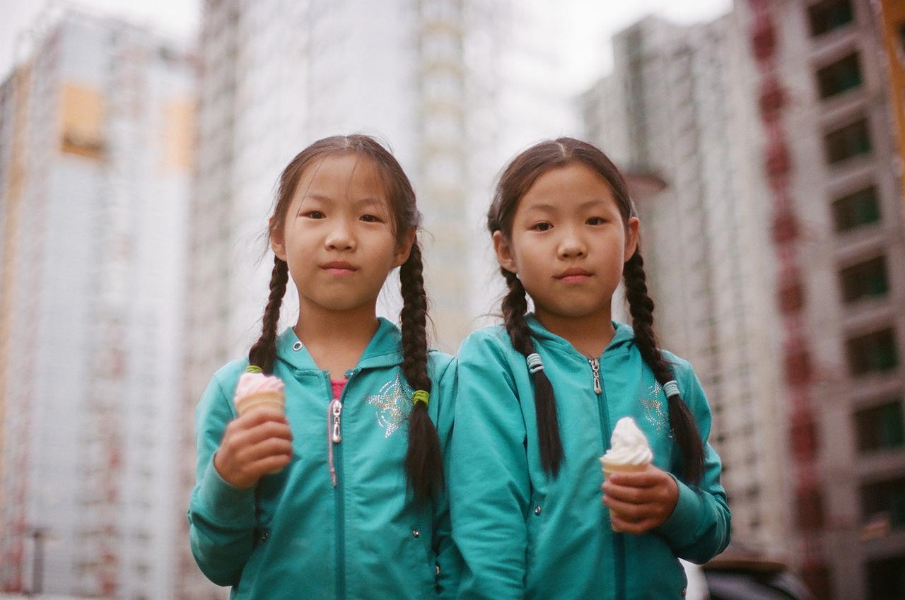 A gyerekek igazi divatdiktátorok, a kislányok mint valami modellek, büszkén pózoltak a kamerának.