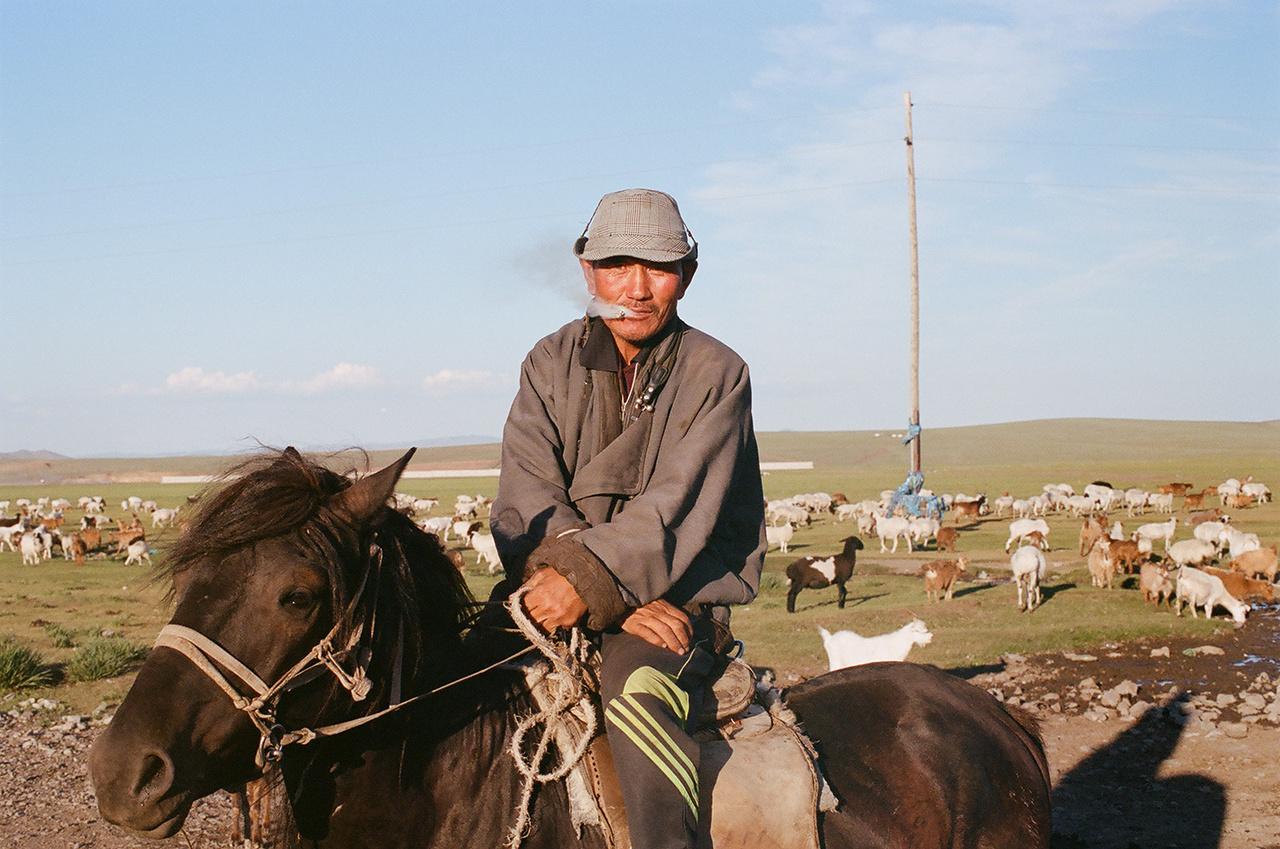 Hatalmasak a társadalmi különbségek.  Rengetegen élnek vezetékes víz és csatornázás nélküli jurtanegyedekben, Ulánbátor és a pár kisebb város szélén pedig                          még még mindig nagyon sok a nomád pásztorcsalád, miközben a gazdagabbak luxus terepjárókkal járnak.