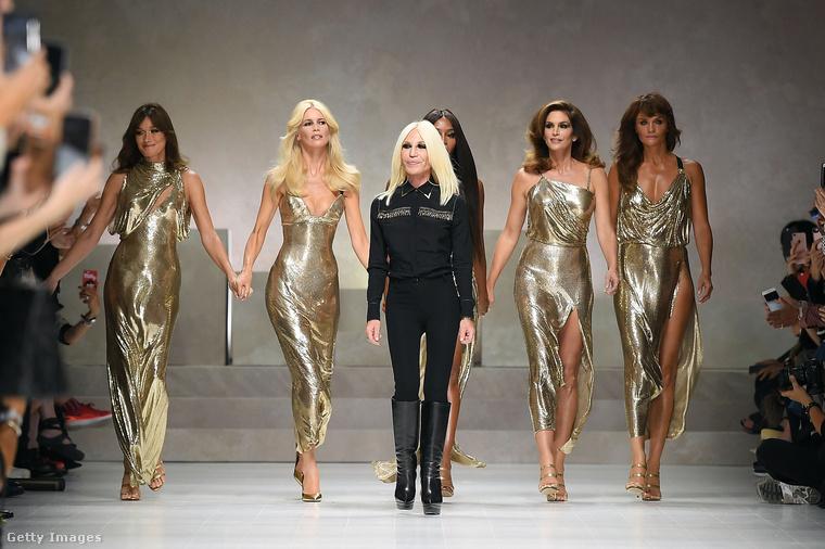 Na és Donatella Versace azért ment be eléjük, mert ez az egész esemény pénteken volt a milánói divathéten, természetesen a Versace divatbemutatóján.