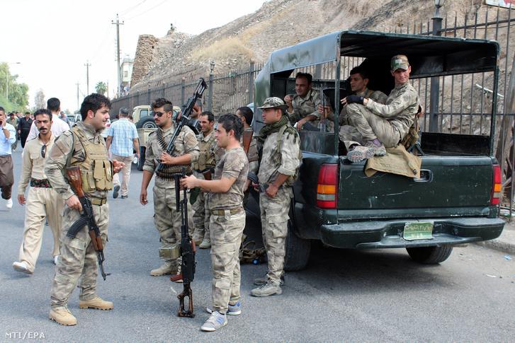 Az iraki kurd biztonsági erõ tagjai járõröznek az észak-iraki Kirkukban 2017. szeptember 19-én.