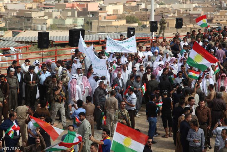 Iraki kurdok a függetlenségi népszavazást támogató gyûlést tartanak az észak-iraki Kirkukban 2017. szeptember 19-én.
