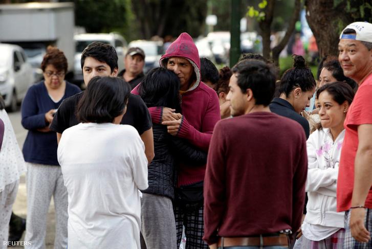 A rengés közben utcára menekült emberek 2017 szeptember 23-án.