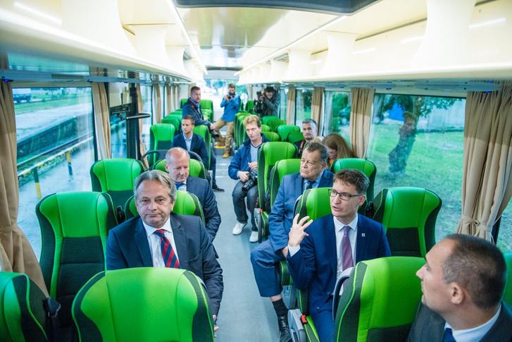 Prominens személyek az új katonai buszban. Jól látszik itt is, hogy szokatlanul nagy a lábtér a buszban (fotó: kormany.hu)