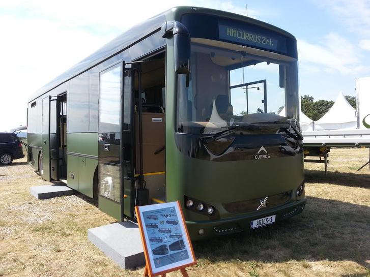 A 2015-ös prototípus, még Euro V-ös motorral, sokkal modernebb és letisztultabb designt kapott. Szinte hihetetlen, hogy az újabb busz sokkal elavultabbnak hat (fotó: kormany.hu)
