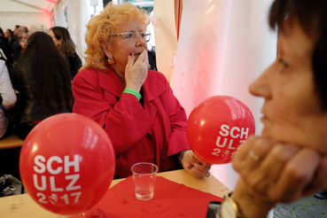A Német Szociáldemokrata Párt támogatói izgulnak a párt berlini eredményváró rendezvényén