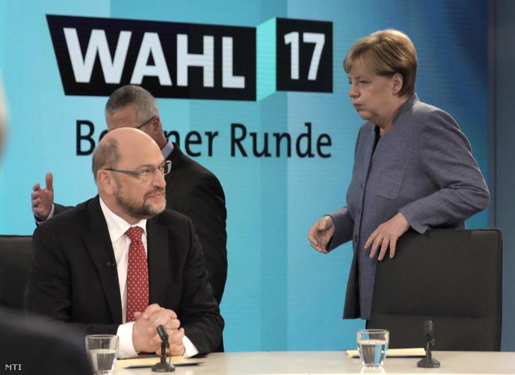 Angela Merkel német kancellár, a Kereszténydemokrata Unió (CDU) elnöke és Martin Schulz, a Német Szociáldemokrata Párt, az SPD elnöke és kancellárjelöltje a parlamentbe bejutott pártok vezetőinek televíziós vitáján Berlinben a német parlamenti választások estéjén, 2017. szeptember 24-én.
