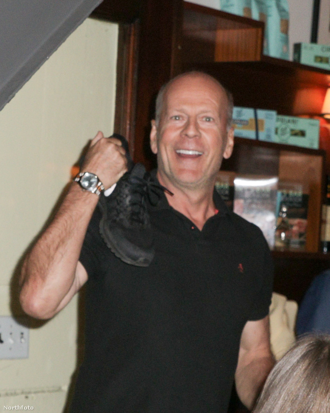 Bruce Willis arckifejezéséből ítélve az esete elég jól sikerült