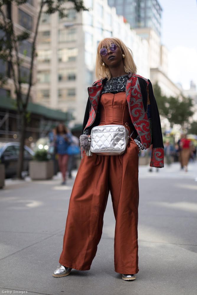 Dalia Drake ezüst cipővel és övtáskával kombinálta a rozsdás kezeslábast New Yorkban.