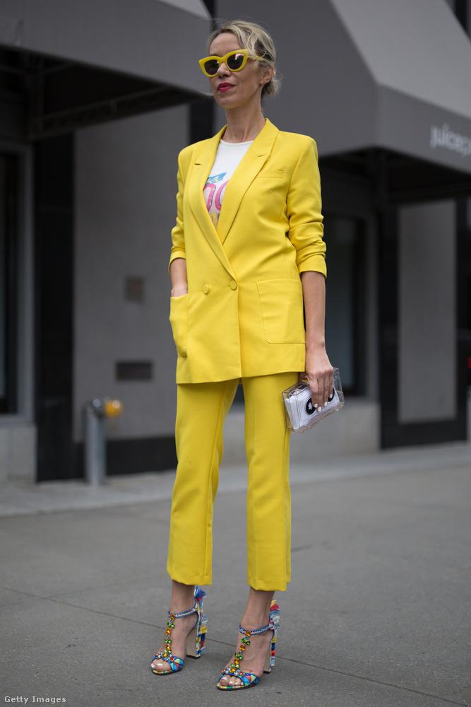 Nemcsak a lila, a sárga nadrágkosztüm is divatban van New Yorkban.