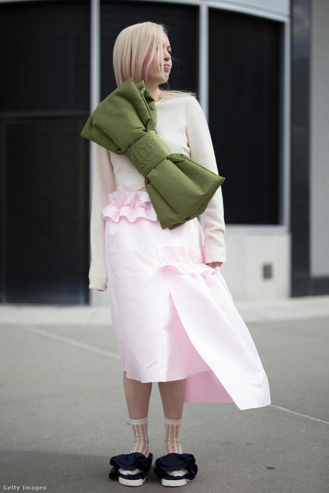 Méregzöld masnival felturbózott világosrózsaszín szoknya és papucs Elena Sendozán New Yorkban.