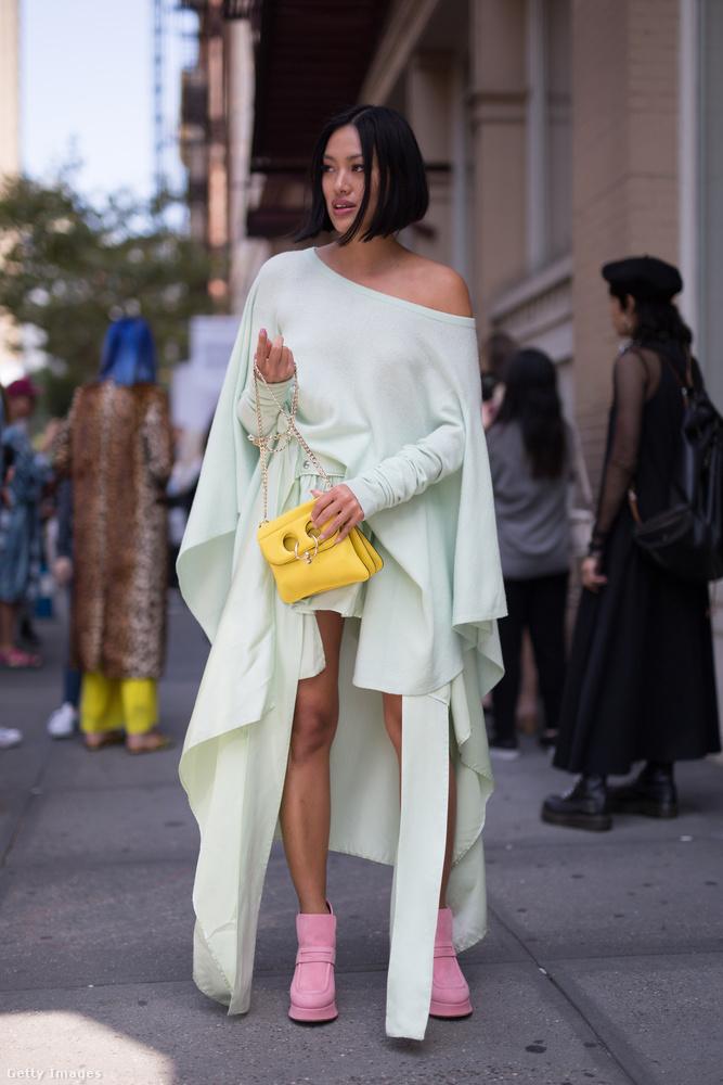 Mentazöld ruha sárga táskával és rózsaszín cipővel New Yorkban.