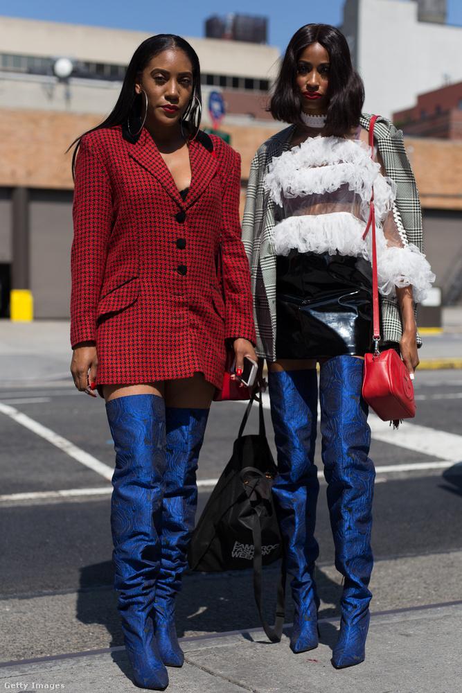 Így mutat a kék combcsizma piros zakóval és lakk miniszoknyával.