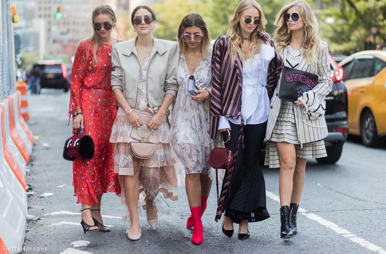 A virágos ruhák és a piros zoknicsizma sem kopott ki divatból.