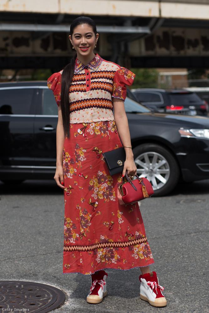 Vintage hatású virágos ruha Hikari Mori japán színésznőn New Yorkban.