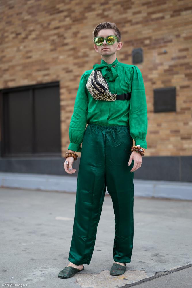 Zack Arp fotós zöld felsővel és nadrággal dobta fel az övtáskát.