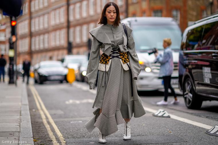 Fűzős kabátruha és fehér bokacsizma Londonban.