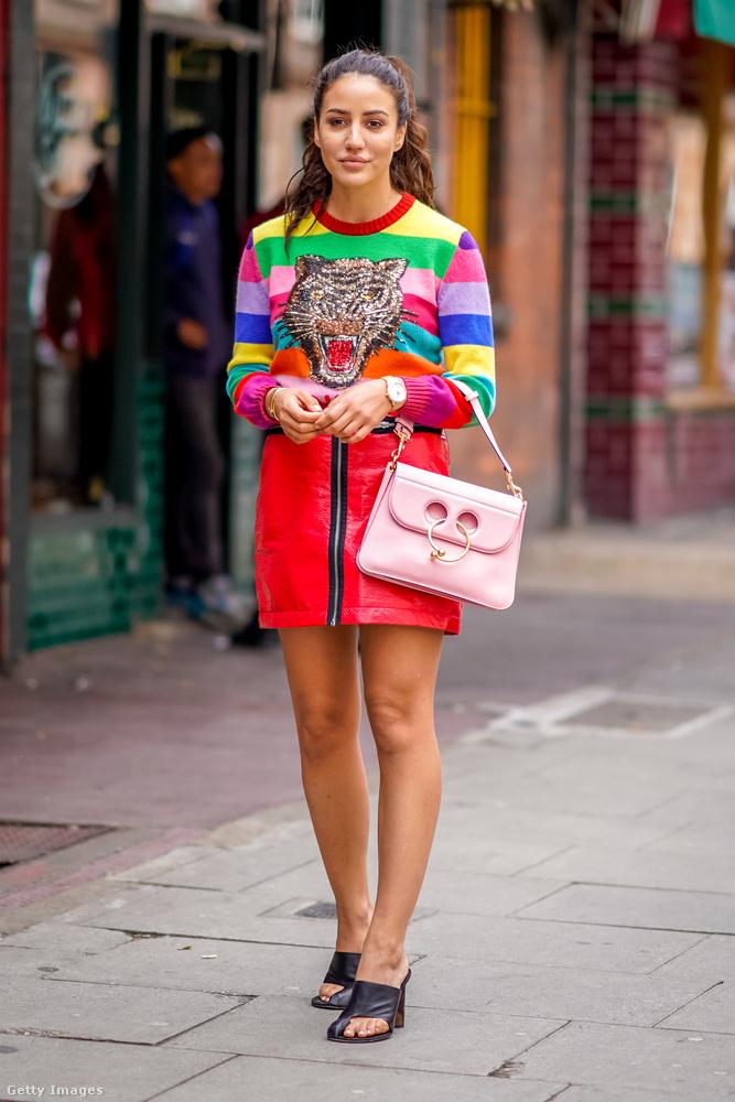 Piros miniszoknya, rózsaszín dizájnertáska és Gucci pulcsi Londonban.