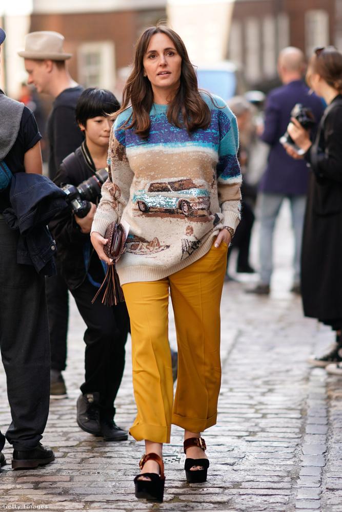 Autós kötött pulóver, mustársárga nadrág és bársonnyal bevont platform szandál Londonban.