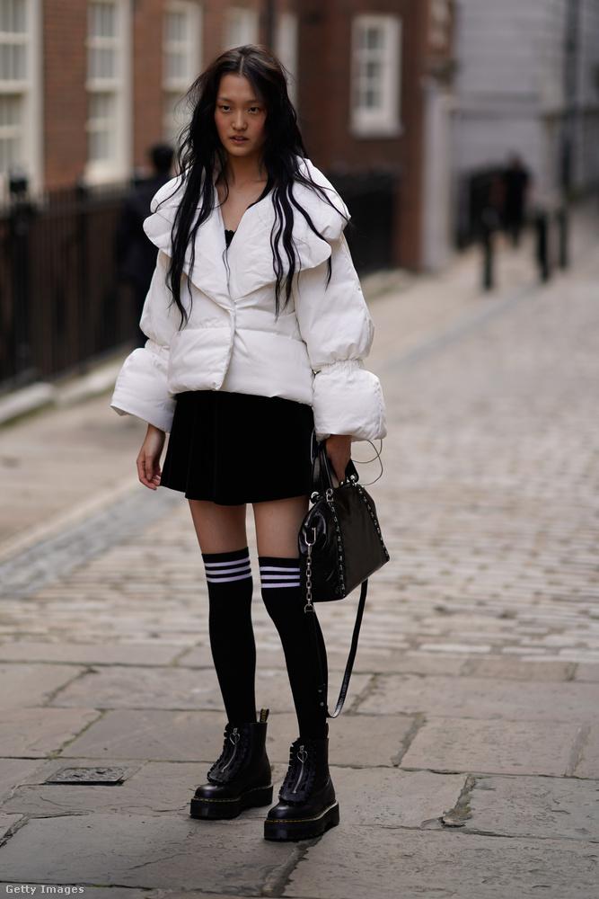 Iskoláslánynak öltözött modell Londonban.