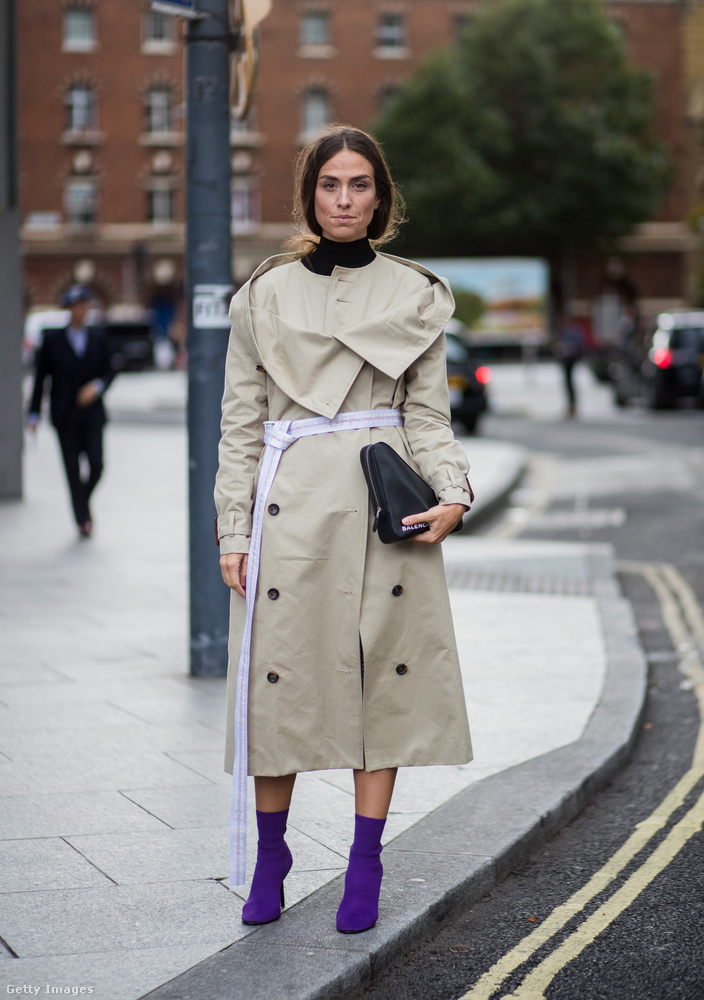 Újragondolt vihatkabát és lila zoknicsizma Erika Boldrinon Londonban.