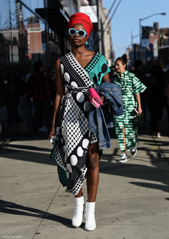 Pöttyös ruha, fehér bokacsizma és piros turbán a kreatív igazgatóként dolgozó Paola Mathén New Yorkban.