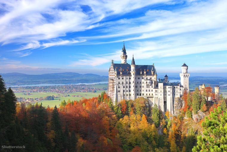 De a világ egyik legismertebb kastélyának, a bajorországi Neuschwantseinnek is jól áll az ősz