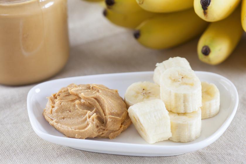 Egy banán két evőkanál házi, cukormentes mogyoróvajjal szinten tartja a vércukrot edzés közben és energikussá tesz.