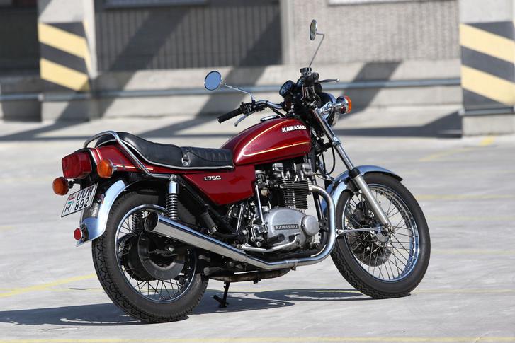 Jó kiállású motor, a váz, a villa, a tank, a műszerek a Z900-aséi. Egy olyan most ment el a neten 8600 euróért