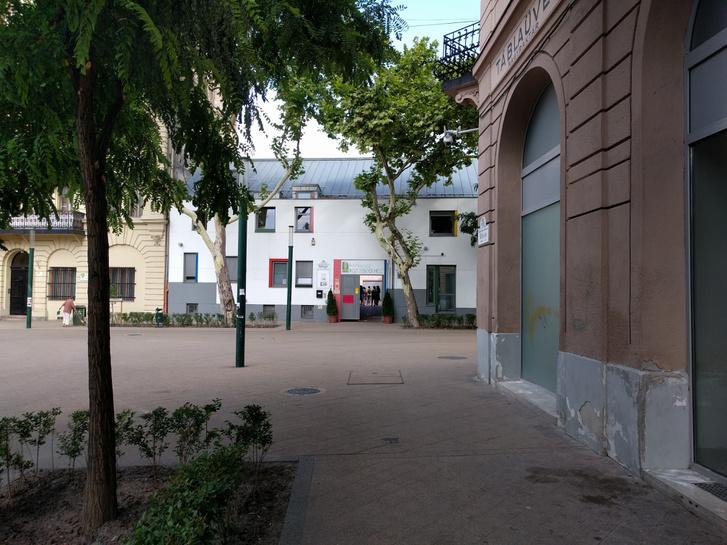 A fénykorában a szociális városrehabilitáció egyik központjaként működő Kesztyűgyár, mára más funkciót lát el
