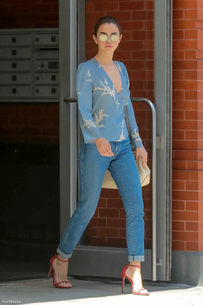 Selena Gomez szeptember 25-én dolgozni ment, és nem vett melltartót a vékony, kék blúza alá.Ez viszonylag örömteli fejleménynek számít, több okból is.