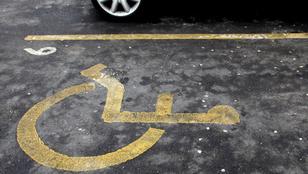 Na, melyik celeb parkolt mozgássérült-helyre, hogy beszaladjon egy üdítőért?