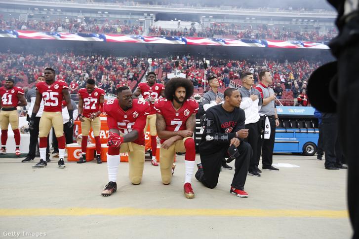 A tüntetéseket kezdő Colin Kaepernick (középen) térdel a himnusz alatt Eli Harolddal és Eric Rieddel a San Francisco 49ers és a New York Jets 2016-os meccsén decemberben