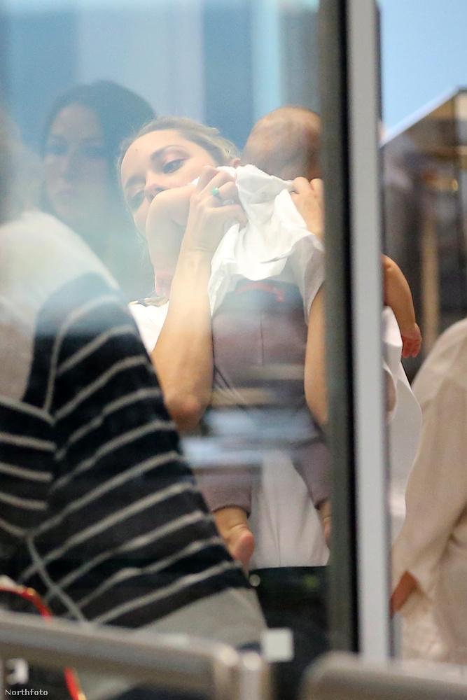 Ez abból derül ki, hogy anyát és lányát szeptember 26-án, a milánói reptéren szúrták ki a paparazzók, akiknek az a dolguk, hogy meg is örökítsék a pillanatot