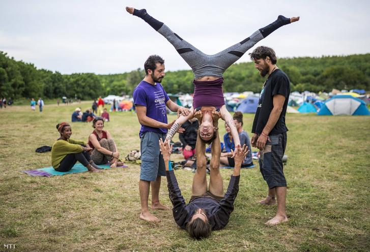 Fesztiválozók jógáznak a Samsara Jóga és Zenei Fesztiválon a Siófokhoz tartozó Töreki közelében lévő magánerdőben 2017. augusztus 12-én