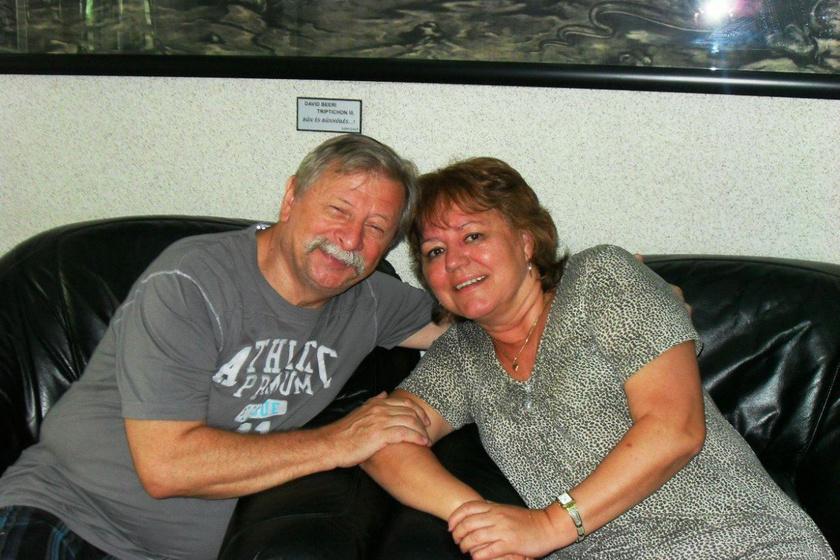 Várkonyi András és felesége, Mária idén ünnepelték 43. házassági évfordulójukat. Vili bácsi megformálója három évvel ezelőtt - a 40. évfordulójukon - újra nászútra vitte élete szerelmét.