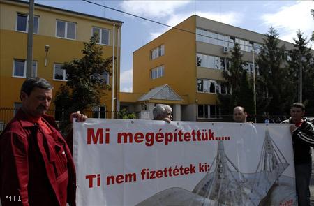A Megyeri híd építésének károsult alvállalkozói tüntettek a Vegyépszer Zrt. bejárata előtt 2009 nyarán