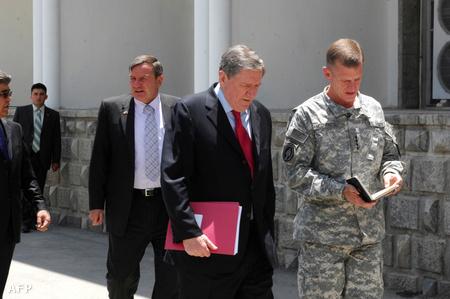 Richard Holbrooke (középen) 2010. június 22-én az USA kabuli nagykövetségén Stanley McChrystal tábornok társaságában