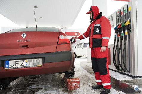 Magyar autót tankolnak egy asztélyi benzinkúton
