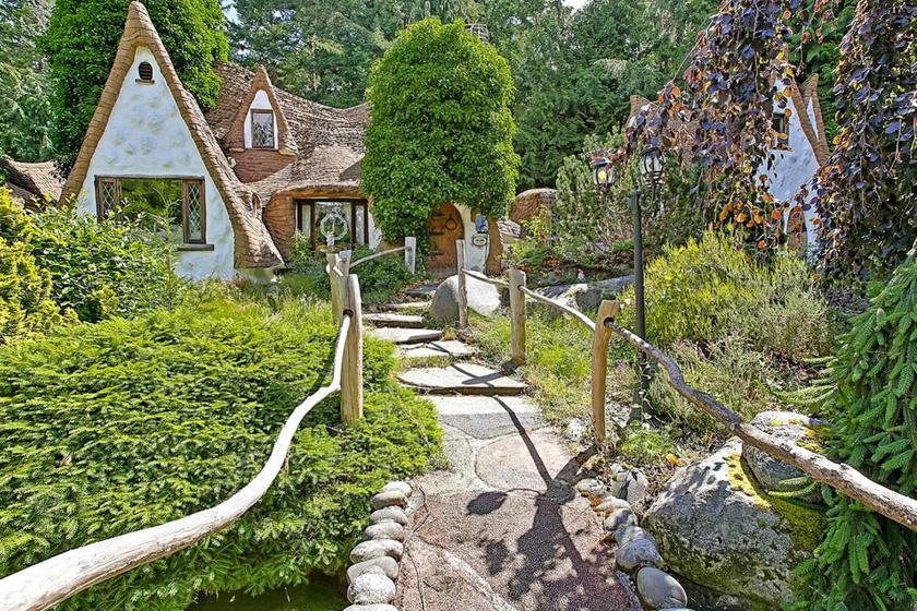 Kívülről is bűbájos a természetközeli, eldugott helyen található kis házikó.