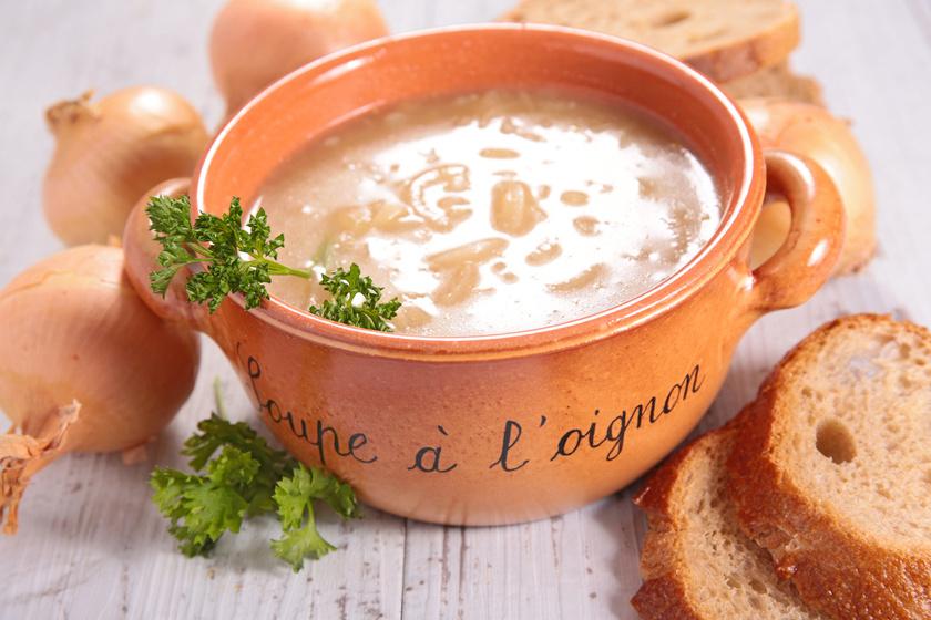 A francia hagymaleves igazi immunerősítő, hideg, őszi napokon forrón, sajttal, pirítóssal tálalva mindig jólesik. Az eredeti receptben nincs tejszín.