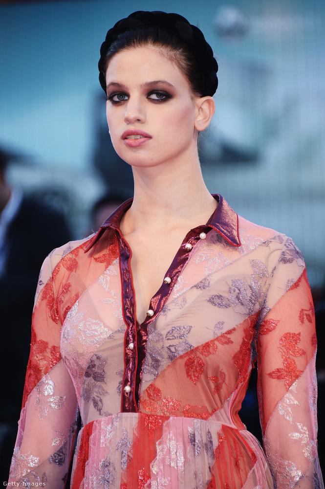 Lily McMenamy egy amerikai modell, és vele kapcsolatban először az lehet igazán szembetűnő, hogy nem egy átlagos szépség