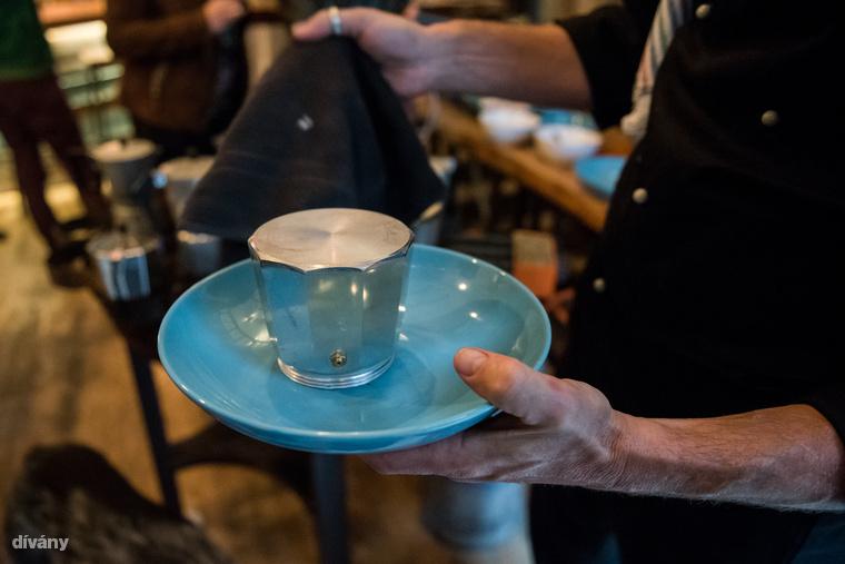 Ha lefőtt a kávé, vagyis izé, leves, óvatosan csavard szét, tegyél az alsó rész tetejére egy tányért, és fordítsd fejre