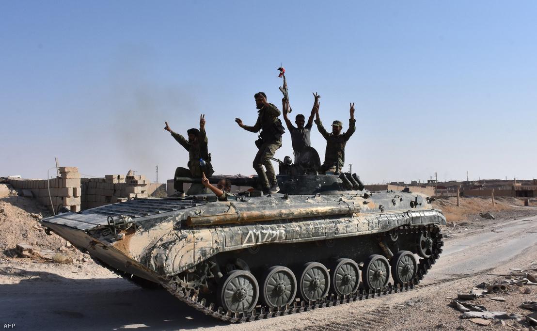 A szíriai kormányerők bevonuló katonái Deir Ez-Zór elővárosában